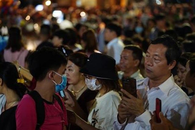 Giành giật nhau chọn chỗ chụp hình trên đường hoa Nguyễn Huệ - 5