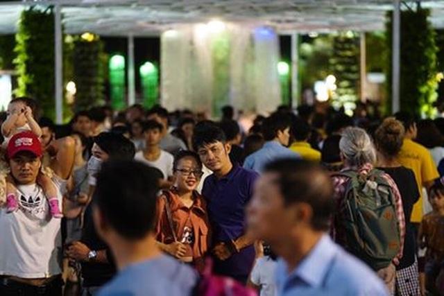 Giành giật nhau chọn chỗ chụp hình trên đường hoa Nguyễn Huệ - 13