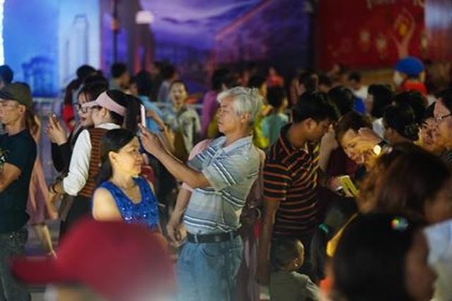 Giành giật nhau chọn chỗ chụp hình trên đường hoa Nguyễn Huệ - 2
