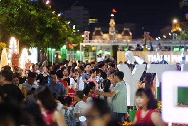 Giành giật nhau chọn chỗ chụp hình trên đường hoa Nguyễn Huệ - 6