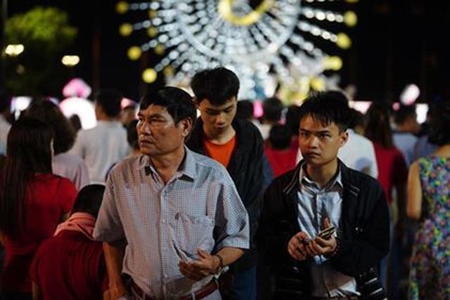 Giành giật nhau chọn chỗ chụp hình trên đường hoa Nguyễn Huệ - 9