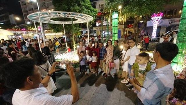 Giành giật nhau chọn chỗ chụp hình trên đường hoa Nguyễn Huệ - 3