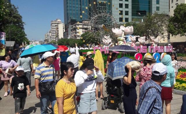 TPHCM: Chen chân chụp ảnh giữa trời nắng nóng ở đường hoa Nguyễn Huệ - 7