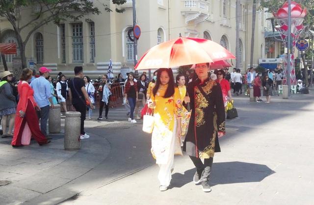 TPHCM: Chen chân chụp ảnh giữa trời nắng nóng ở đường hoa Nguyễn Huệ - 15