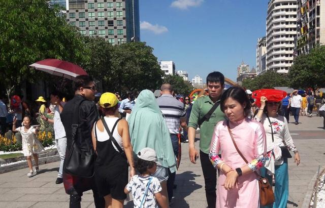 TPHCM: Chen chân chụp ảnh giữa trời nắng nóng ở đường hoa Nguyễn Huệ - 14