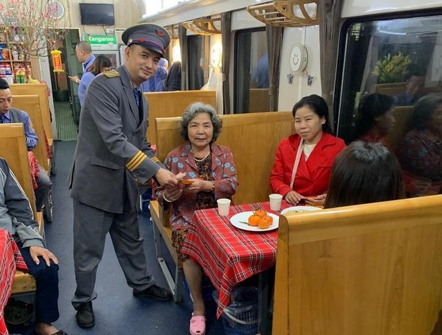 """Giây phút đón giao thừa cùng những vị khách """"đặc biệt"""" trên tàu hỏa - 4"""