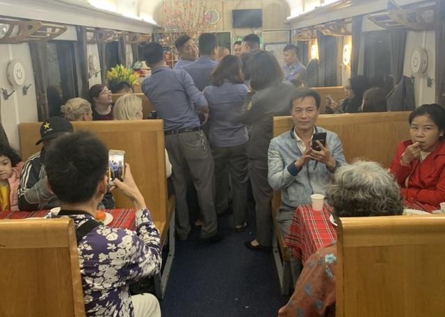 """Giây phút đón giao thừa cùng những vị khách """"đặc biệt"""" trên tàu hỏa - 5"""
