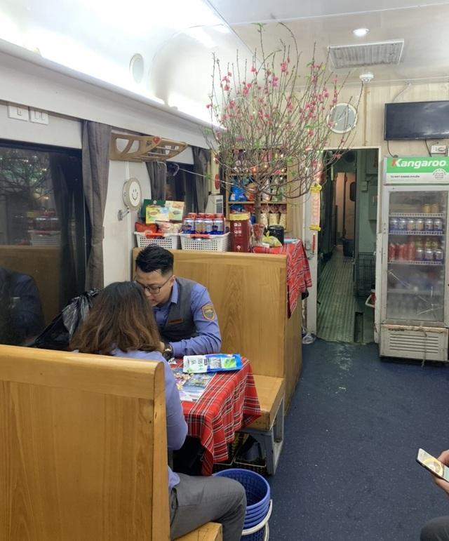 """Giây phút đón giao thừa cùng những vị khách """"đặc biệt"""" trên tàu hỏa - 2"""