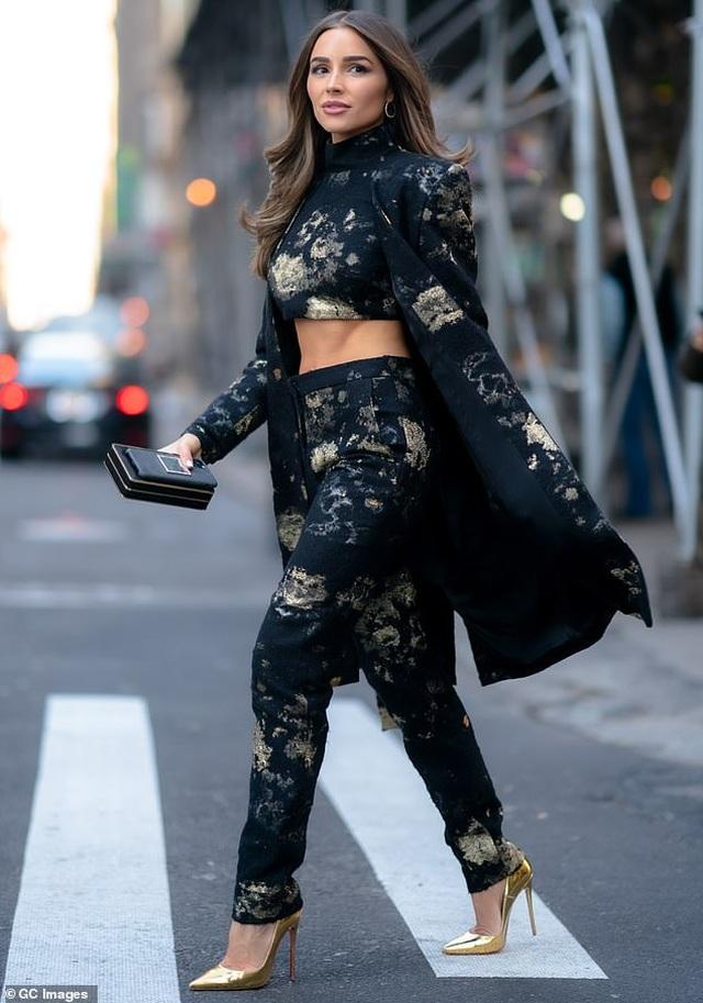 Hoa hậu hoàn vũ Olivia Culpo khoe cơ bụng trên phố - 2