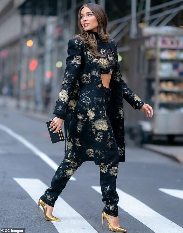 Hoa hậu hoàn vũ Olivia Culpo khoe cơ bụng trên phố - 3