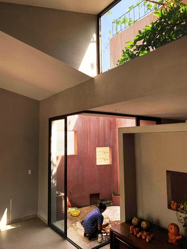 """Lạ lùng đôi vợ chồng Quảng Ngãi xây """"ruộng bậc thang"""" trên sân thượng trồng rau xanh - 4"""