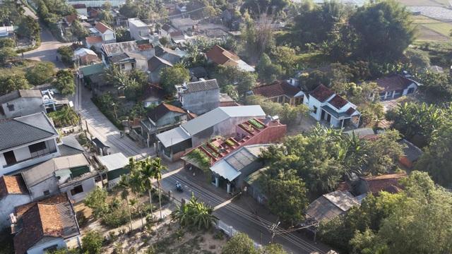 """Lạ lùng đôi vợ chồng Quảng Ngãi xây """"ruộng bậc thang"""" trên sân thượng trồng rau xanh - 10"""