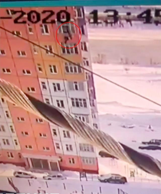 Nga: Thoát chết thần kỳ sau khi rơi từ tầng 9 tòa nhà xuống đất - 1
