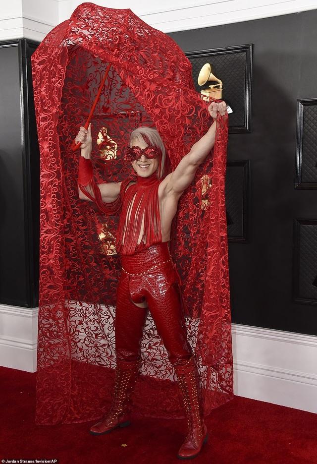 Những bộ cánh thảm họa trên thảm đỏ Grammy 2020 - 1