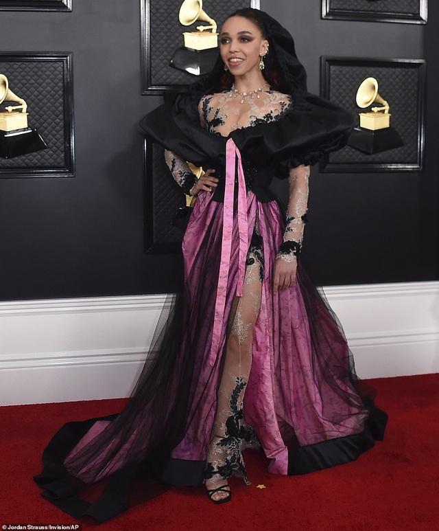 Những bộ cánh thảm họa trên thảm đỏ Grammy 2020 - 2