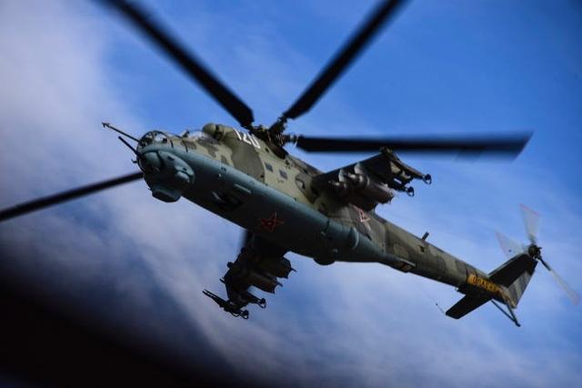 Xe tăng bay Mi-24 của Nga bất ngờ cất cánh tại căn cứ Mỹ - 1