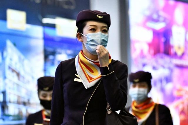 Bị chỉ trích vì cấm tiếp viên đeo khẩu trang, hãng hàng không thay đổi quyết định 180 độ - 1