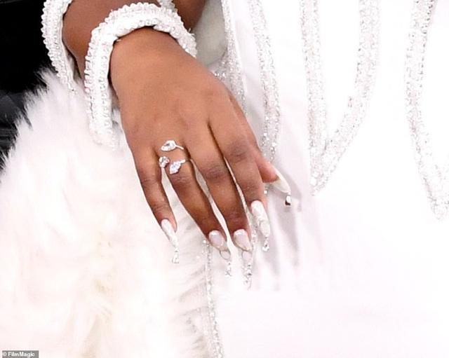 Dàn sao nữ diện váy áo gợi cảm dự lễ trao giải Grammy 2020 - 13