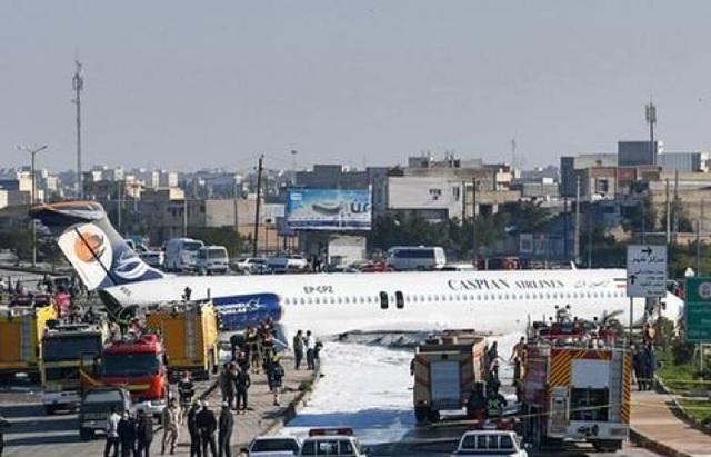 Máy bay chở khách trượt khỏi đường băng, lao ra giữa phố - 1