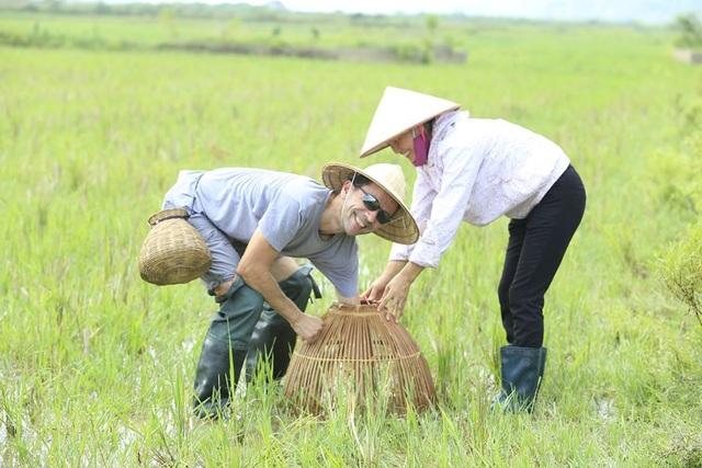 """Khách Tây đến Ninh Bình """"mê"""" làm… nông dân - 11"""