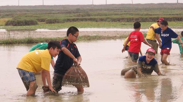 """Khách Tây đến Ninh Bình """"mê"""" làm… nông dân - 14"""