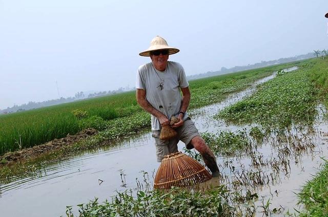 """Khách Tây đến Ninh Bình """"mê"""" làm… nông dân - 4"""