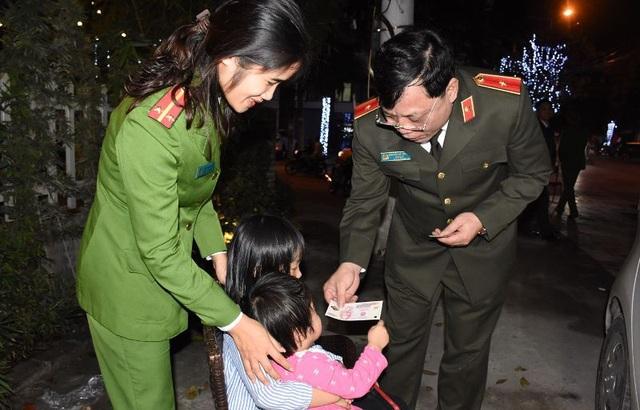 Nữ Trung úy công an đưa 2 con cùng đi trực tết - 3