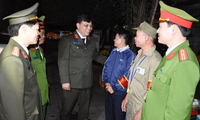 Nữ Trung úy công an đưa 2 con cùng đi trực tết - 1