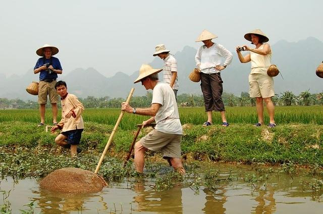 """Khách Tây đến Ninh Bình """"mê"""" làm… nông dân - 3"""