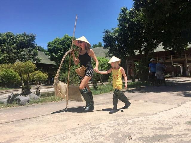 """Khách Tây đến Ninh Bình """"mê"""" làm… nông dân - 10"""