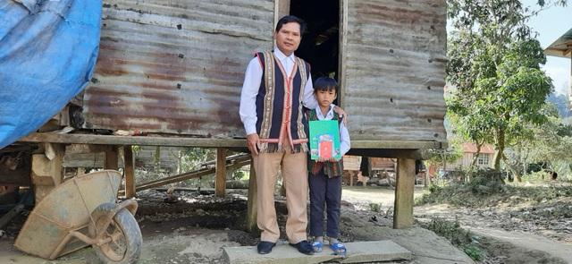 Đầu năm, thầy cô đến từng nhà học sinh vùng cao chúc Tết, mừng tuổi sách - 3