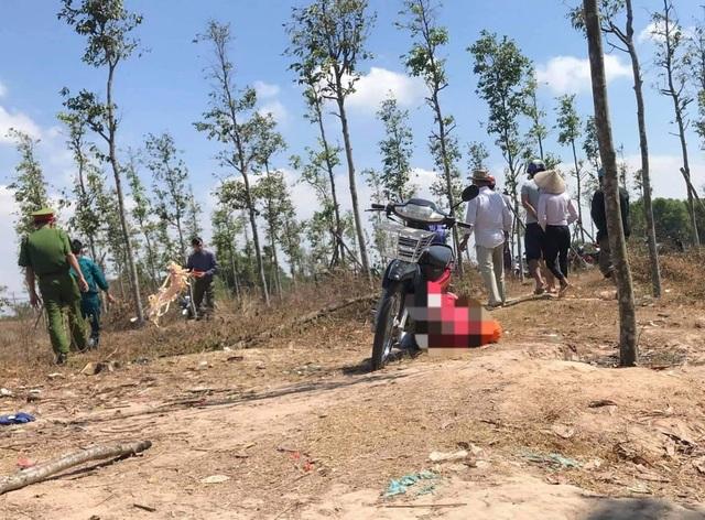 Một thanh niên gục chết giữa bãi đất trống với nhiều vết thương  - 1