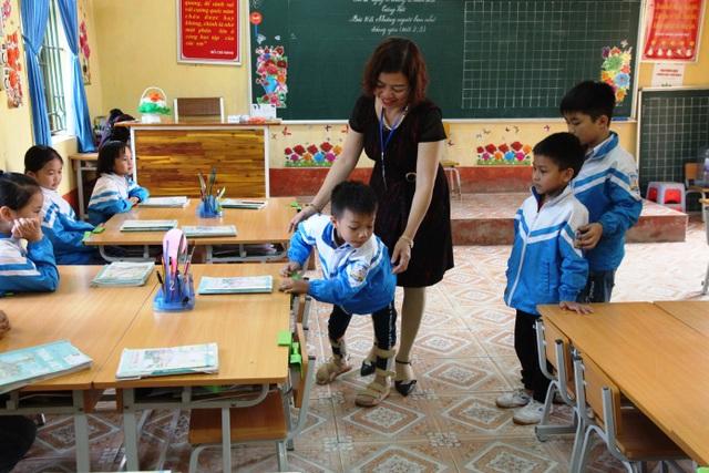 Cậu bé tật nguyền đến trường trên tay mẹ - 2