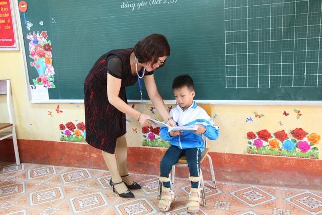 Cậu bé tật nguyền đến trường trên tay mẹ - 3