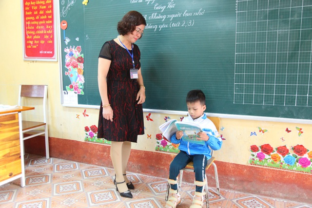 Cậu bé tật nguyền đến trường trên tay mẹ - 1