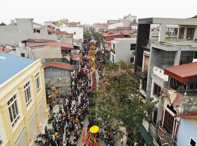 Hàng nghìn người tham dự lễ rước quả pháo khổng lồ ở Đồng Kỵ - 1