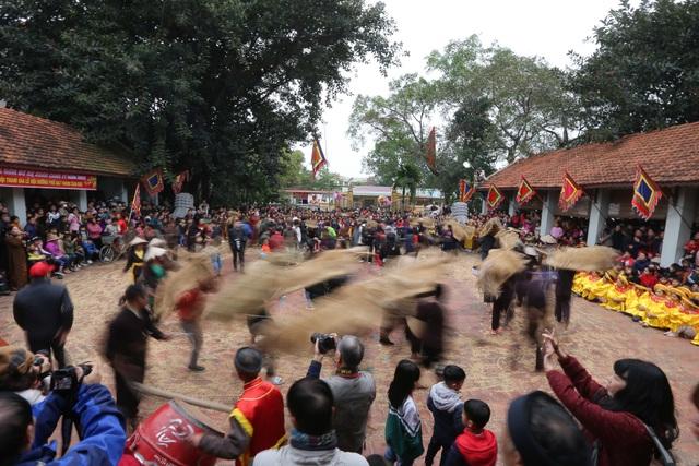 Vĩnh Phúc: Người dân nô nức xem lễ hội trai giả gái gieo hạt - 12