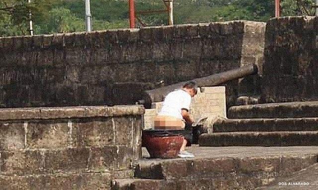 Truy tìm du khách phóng uế ở thành cổ - 1