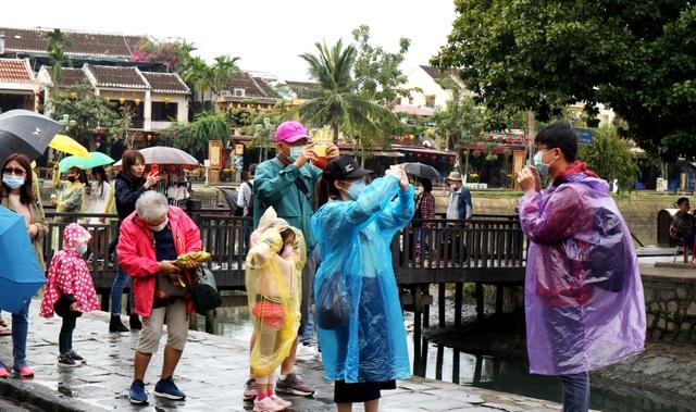 Sợ virus corona, du khách bịt khẩu trang khi dạo phố cổ Hội An - 1