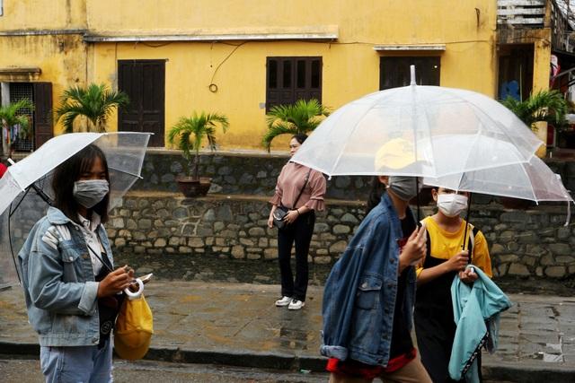 Sợ virus corona, du khách bịt khẩu trang khi dạo phố cổ Hội An - 2