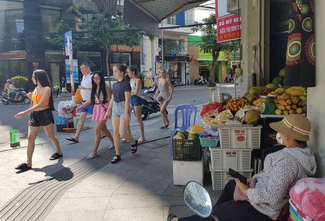 Nha Trang: Cửa hàng vắng khách, lái xe đón khách Trung Quốc thất nghiệp hàng loạt - 5