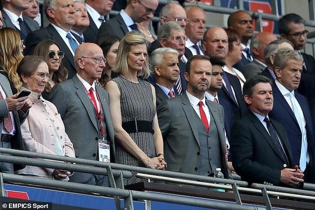 Cổ động viên Man Utd tấn công nhà Phó Chủ tịch Ed Woodward - 2