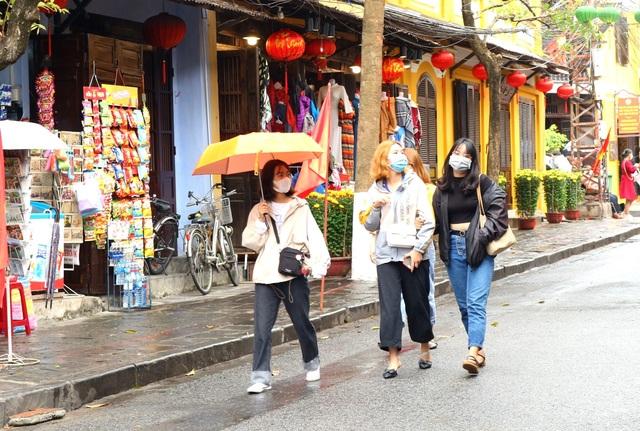 Sợ virus corona, du khách bịt khẩu trang khi dạo phố cổ Hội An - 3