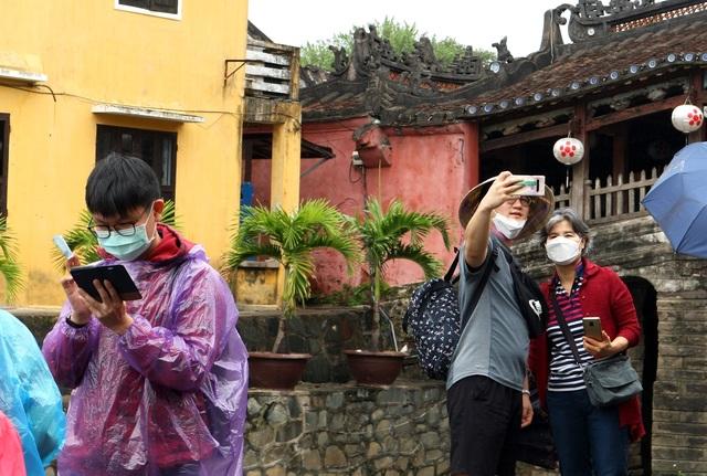 Sợ virus corona, du khách bịt khẩu trang khi dạo phố cổ Hội An - 4