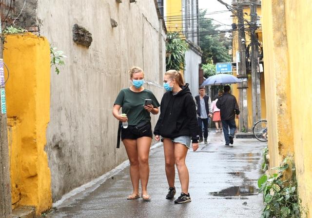 Sợ virus corona, du khách bịt khẩu trang khi dạo phố cổ Hội An - 5