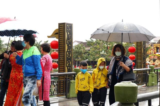 Sợ virus corona, du khách bịt khẩu trang khi dạo phố cổ Hội An - 6
