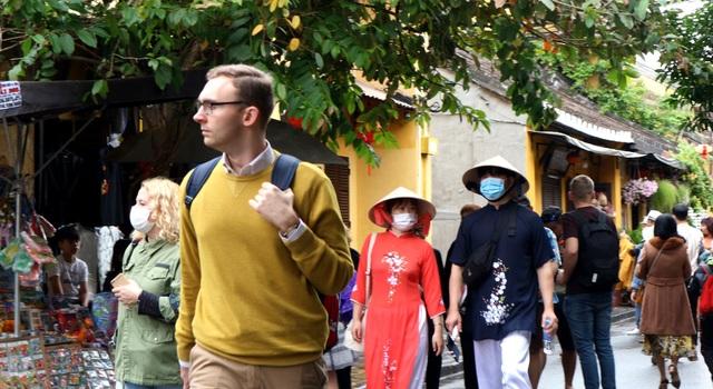 Sợ virus corona, du khách bịt khẩu trang khi dạo phố cổ Hội An - 7