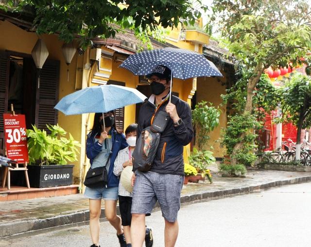 Sợ virus corona, du khách bịt khẩu trang khi dạo phố cổ Hội An - 8