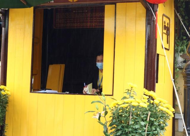 Sợ virus corona, du khách bịt khẩu trang khi dạo phố cổ Hội An - 9