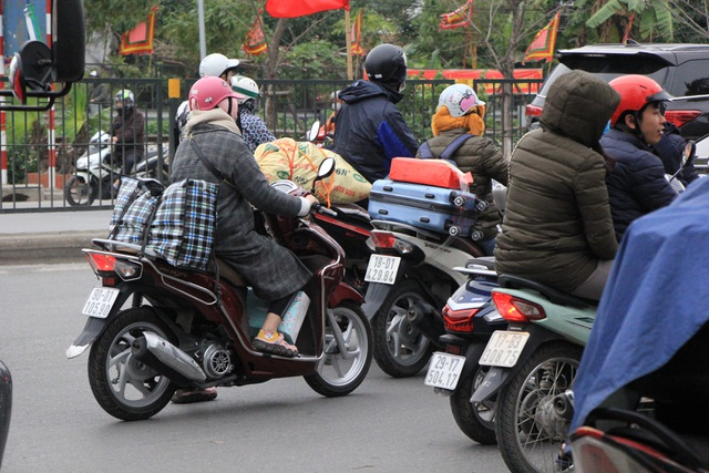 Người dân lỉnh kỉnh đồ đạc trở về thủ đô sau kỳ nghỉ Tết - 15